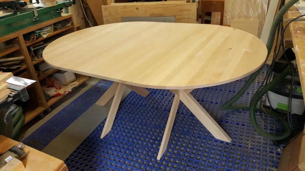 Runt bord med iläggsskiva i björk
